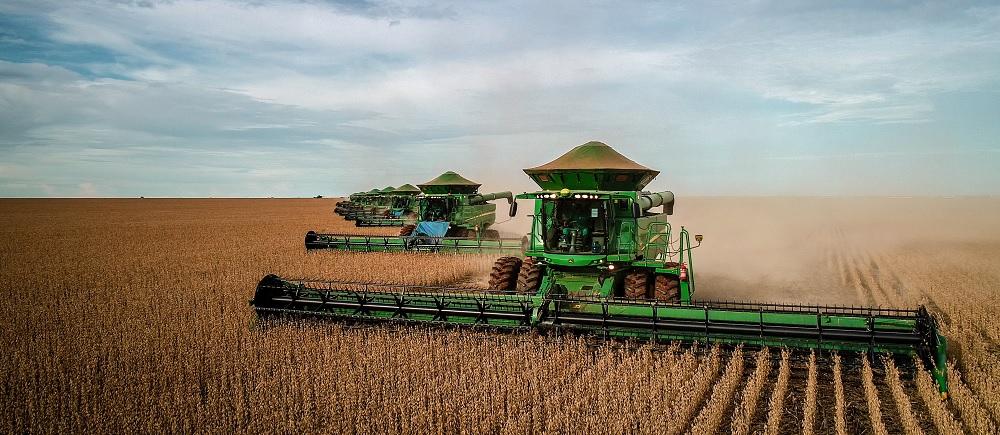 Máquina colheitadeira na lavoura