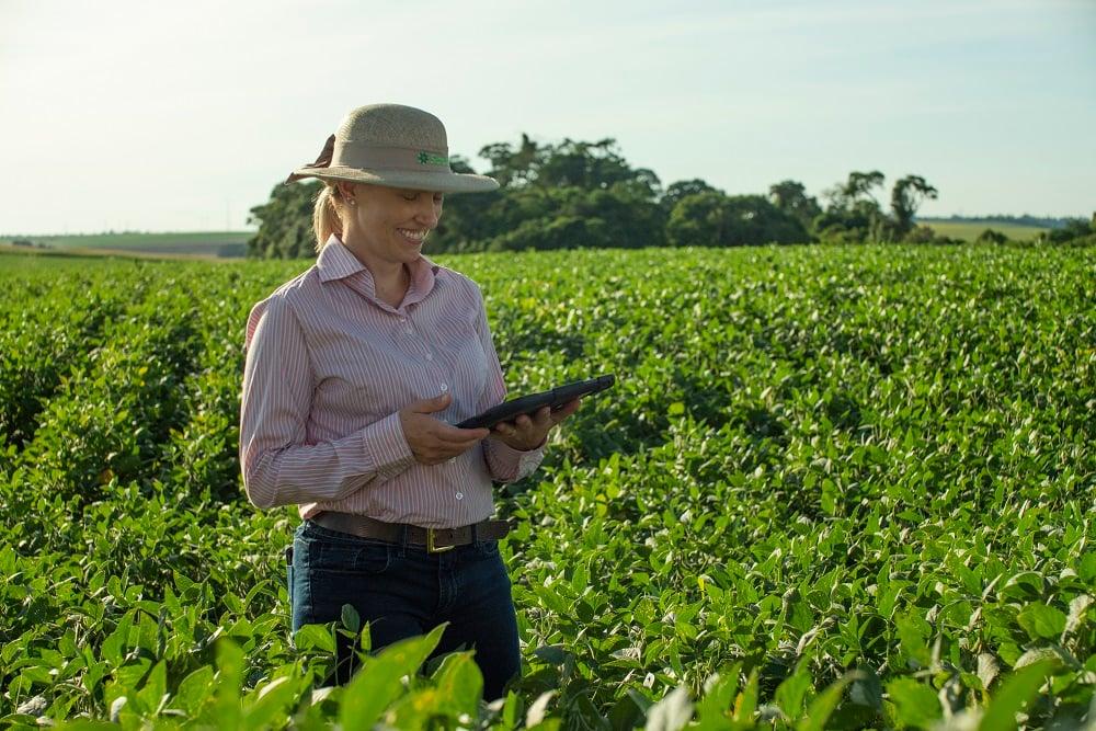 Marcia Piati, produtora rural em sua lavoura de soja, no Oeste do Paraná