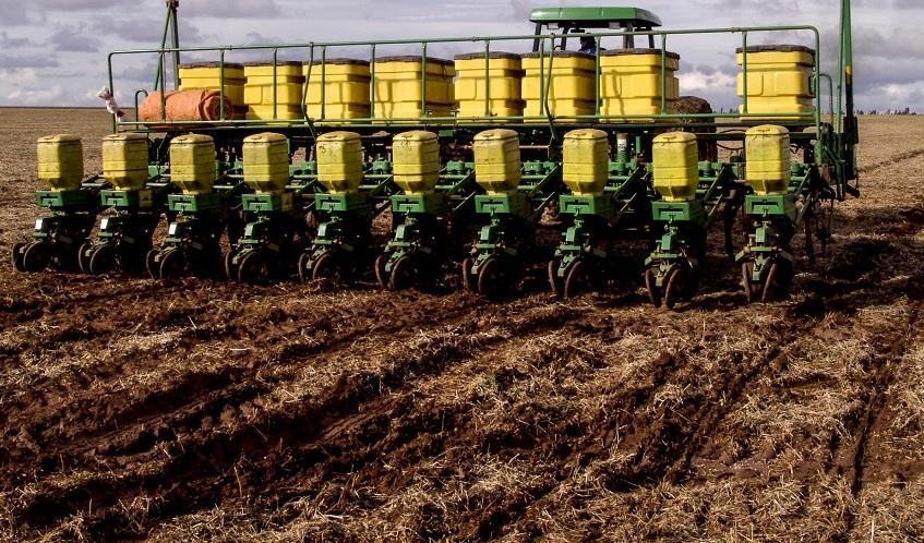 a utilização de maquinário para a operação de plantio de soja na agricultura moderna