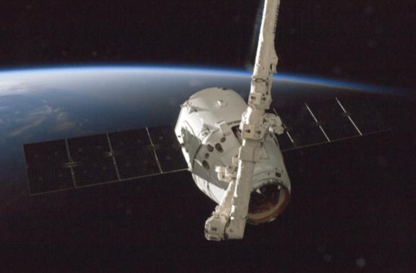 satélite branco no espaço com uma parte do planeta terra de fundo