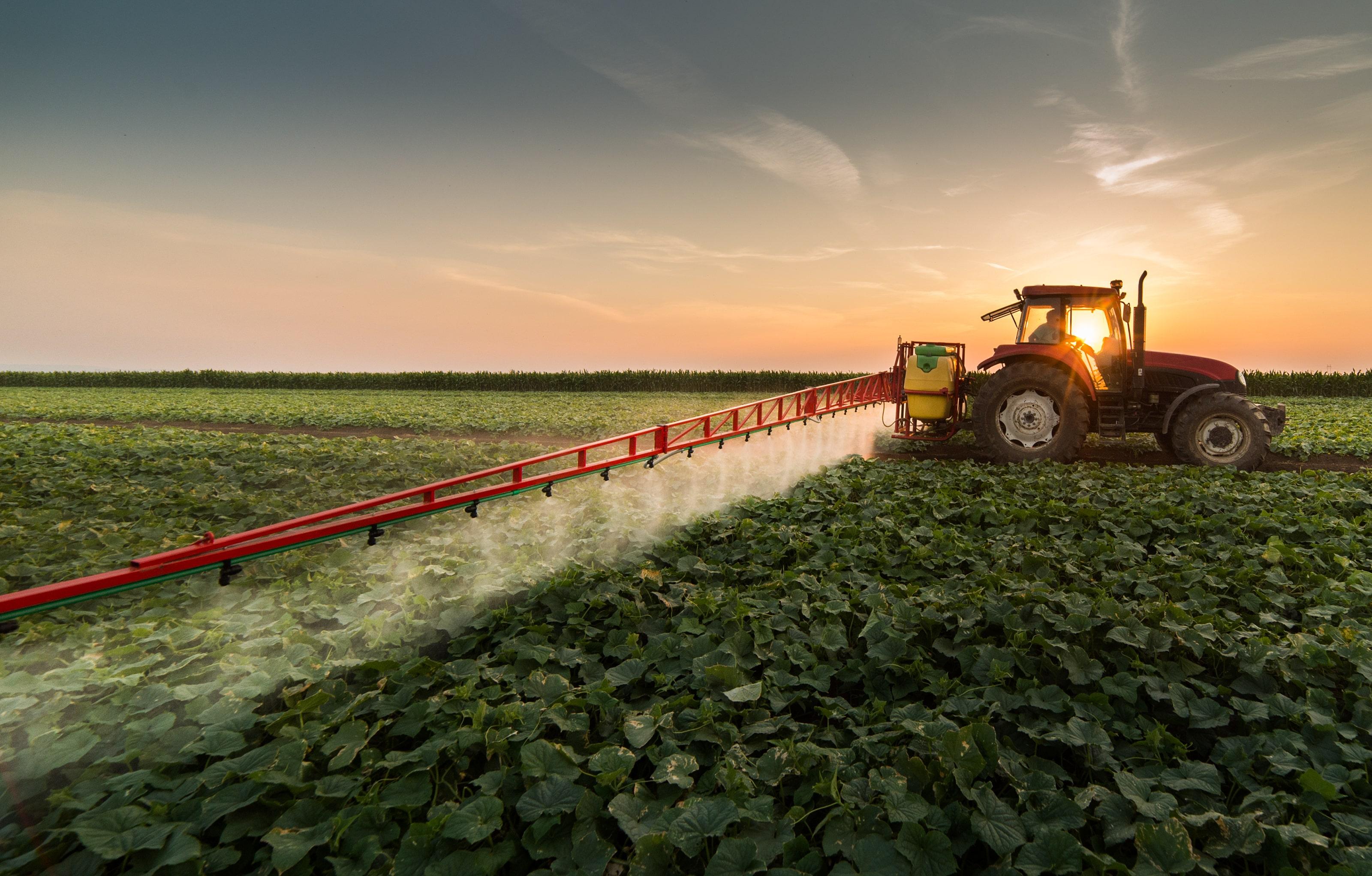tratores agricolas fazem a pulverizacao na agricultura digital